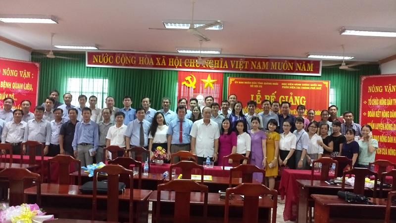 Lãnh đạo tỉnh Quảng Ngãi, Lãnh đạo Phân viện Huế, cán bộ, giảng viên và học viên chụp ảnh lưu niệm