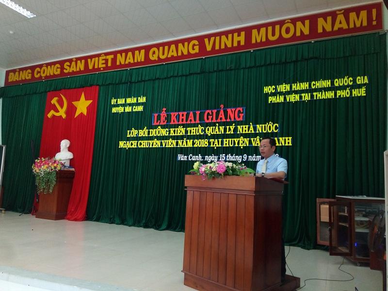 ThS. Trần Hải Định, phòng Quản lý đào tạo, bồi dưỡng Phân viện Huế công bố các quyết định mở lớp
