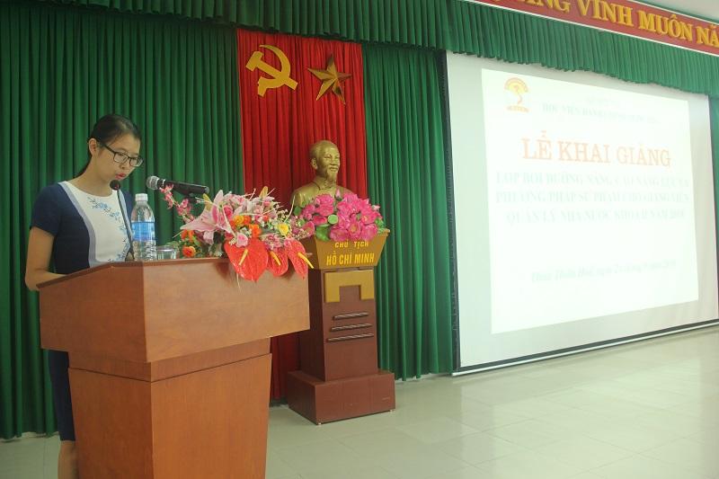 ThS.Mai Thị Phương Dung, Trưởng phòng Quản lý Đào tạo bồi dưỡng Phân viện Huế công bố các Quyết định mở lớp