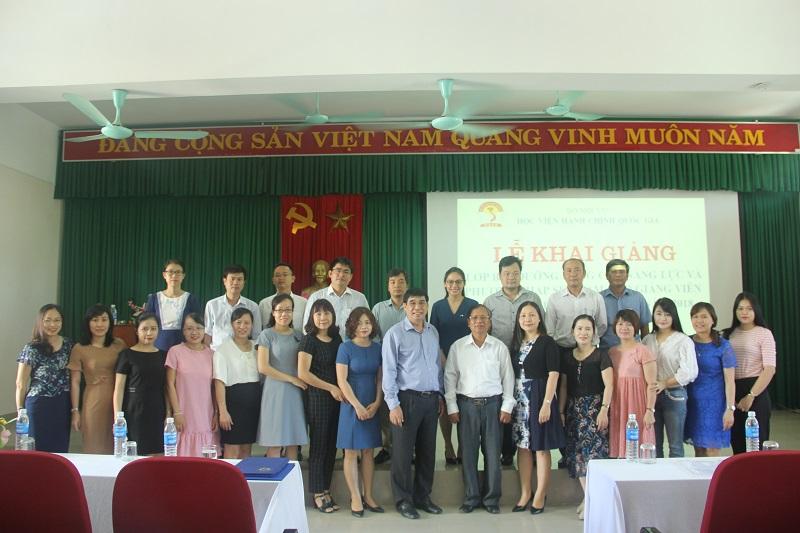 Lãnh đạo, cán bộ giảng viên Phân viện Huế và các học viên chụp ảnh lưu niệm