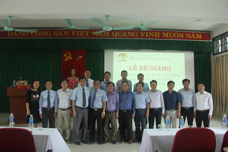 Đại biểu, Lãnh đạo, cán bộ Phân viện Huế cùng các học viên chụp ảnh lưu niệm