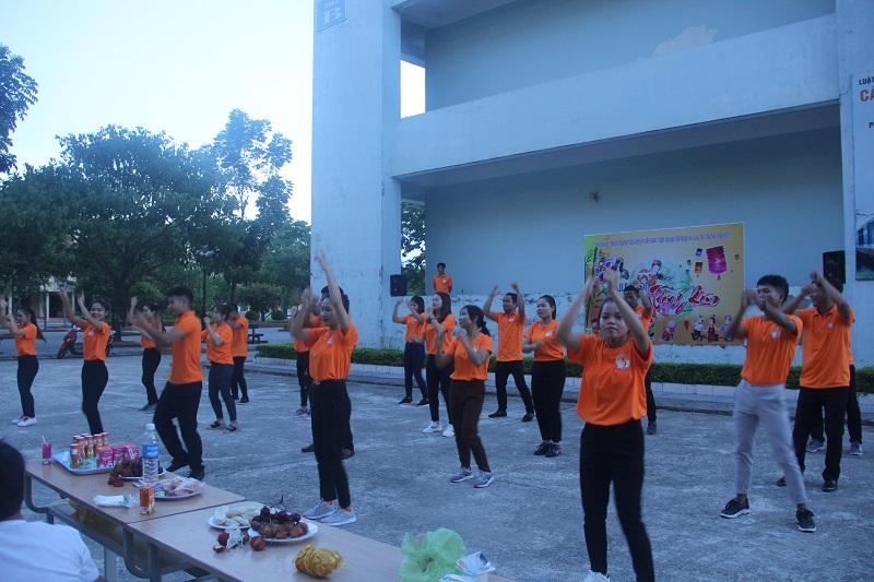 Tiết mục múa dân vũ các sinh viên cử tuyển