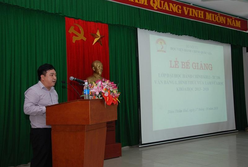 ThS.Lê Văn Lộc, Phó trưởng phòng Quản lý Đào tạo, bồi dưỡng, Phân viện Huế báo cáo tổng kết khóa học