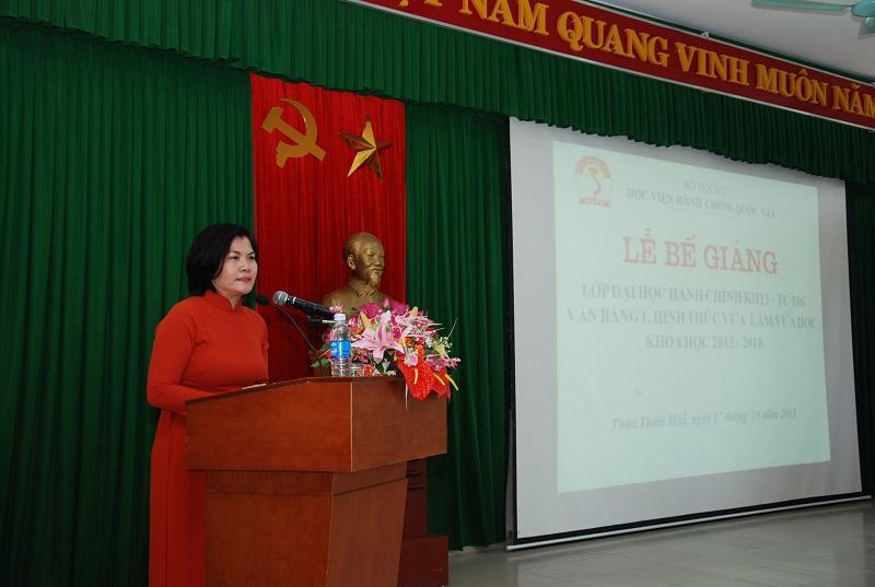 ThS. Phan Thị Thanh Hương, Phụ trách điều hành Phòng Quản lý đào tạo và Phát triển nhân lực hành chính, Học viện Hành chính Quốc gia công bố Quyết định công nhận tốt nghiệp cho các tân cử nhân