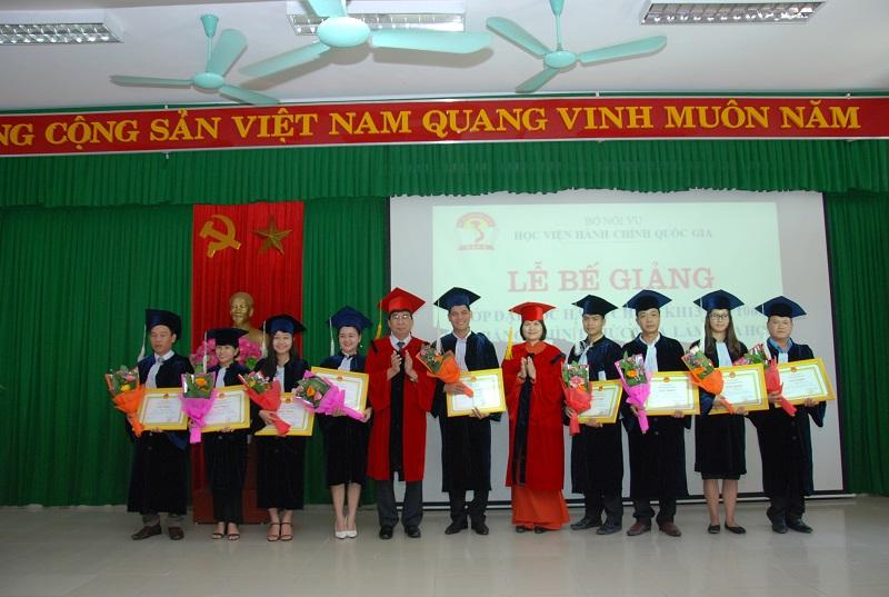Các học viên đạt loại khá nhận giấy khen của Giám đốc Học viện Hành chính Quốc gia