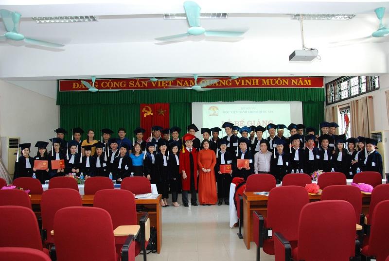 Lãnh đạo, cán bộ giảng viên Phân viện Huế cùng các tân cử nhân chụp ảnh lưu niệm