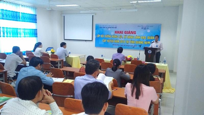 Đồng chí Trần Ngọc Hoà, Phó Giám đốc Sở Nội vụ phát biểu tại lễ Khai giảng