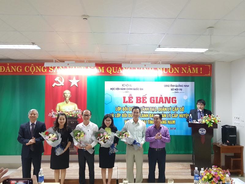 Lãnh đạo tặng hoa cho các học viên tiêu biểu