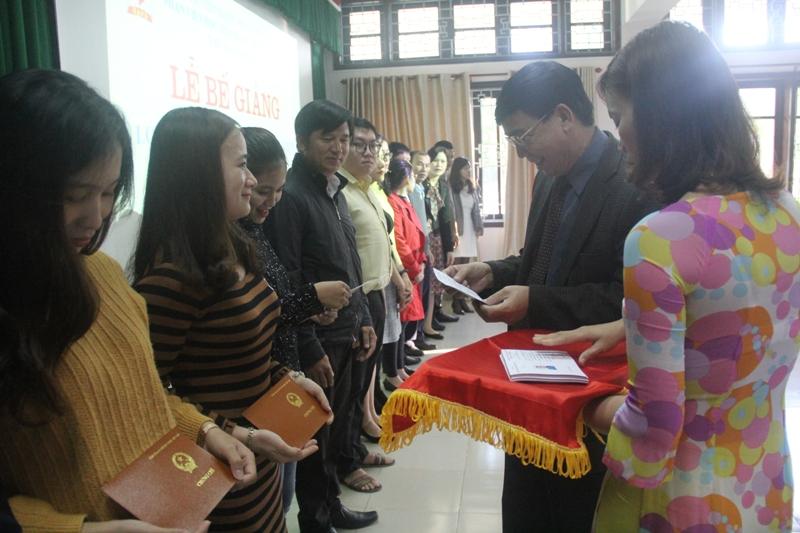 TS. Ngô Văn Trân, Phó Giám đốc Thường trực Phân viện Huế phát Chứng chỉ cho các học viên kết thúc khóa học