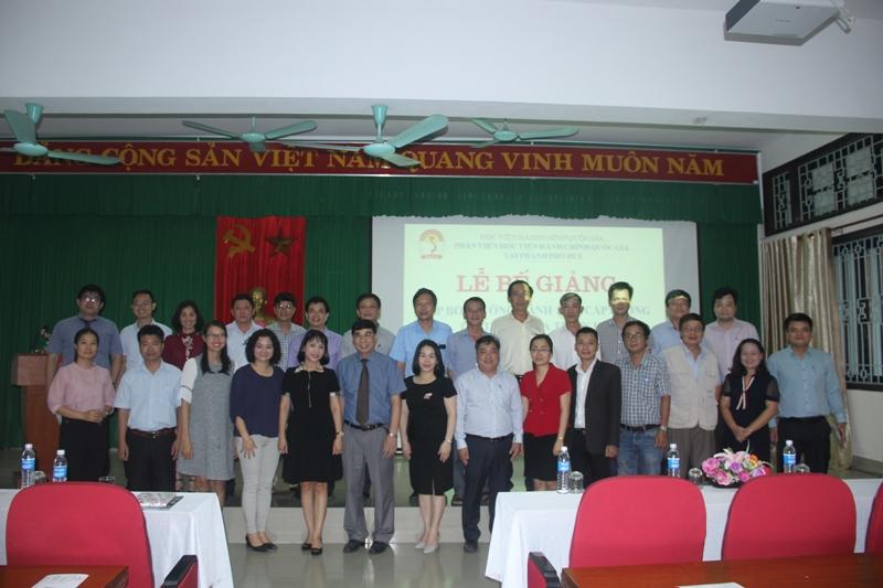 Lãnh đạo, cán bộ, giảng viên Phân viện Huế cùng các học viên chụp ảnh lưu niệm