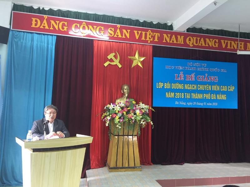 TS. Đặng Xuân Hoan, Bí thư Đảng ủy, Giám đốc Học viện Hành chính Quốc gia phát biểu bế giảng khóa học