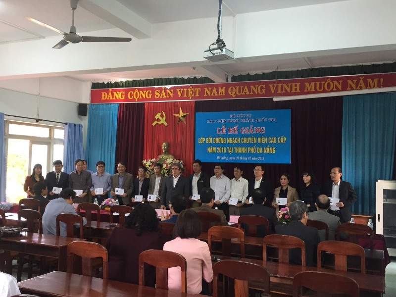 Các học viên nhận Chứng chỉ của Học viện Hành chính Quốc Gia