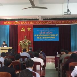 TS. Ngô Văn Trân, Phó Giám đốc thường trực Phân viện Huế báo cáo tổng kết lớp học