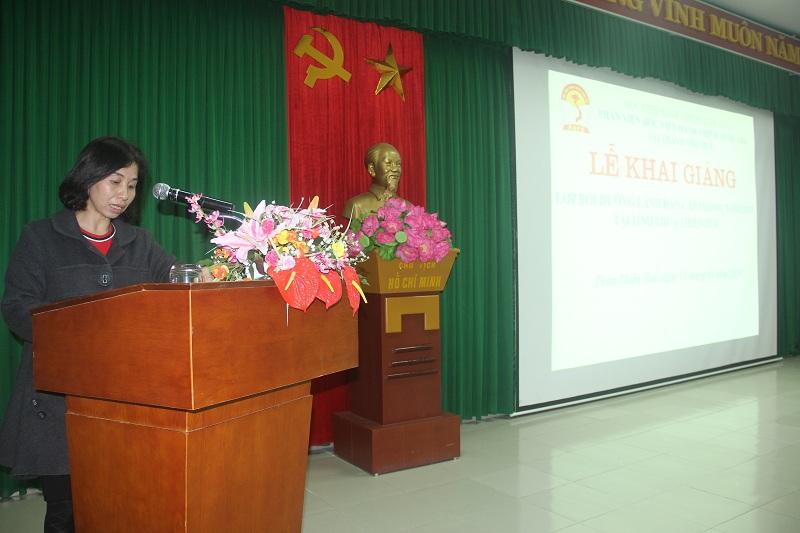 ThS.Trịnh Thị Phúc, Phó trưởng Phòng Tổ chức – Hành chính công bố các Quyết định mở lớp
