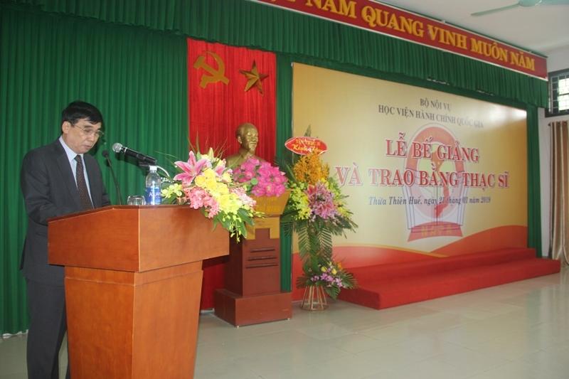 TS. Ngô Văn Trân, Phó Giám đốc Thường trực Phân viện Huế báo cáo quá trình đào tạo và kết quả học tập của Tân thạc sỹ