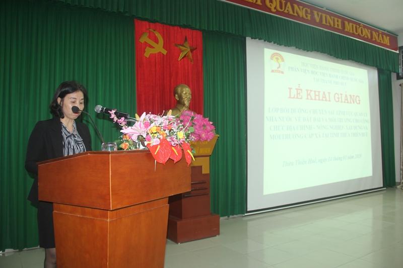 ThS. Trịnh Thị Phúc, Phó trưởng Phòng Tổ chức – Hành chính công bố các Quyết định mở lớp