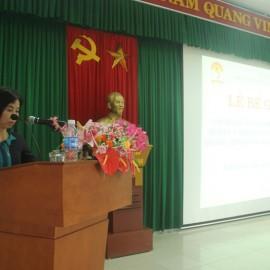 ThS. Trịnh Thị Phúc, Phó trưởng Phòng Tổ chức – Hành chính công bố Quyết định cấp chứng chỉ và khen thưởng