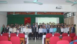 Lãnh đạo, đại biểu, giảng viên, cán bộ và các học viên chụp ảnh lưu niệm