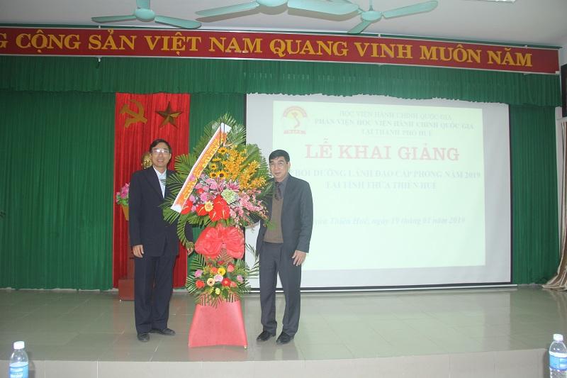 Đồng chí Huỳnh Văn Mạnh, Phó Giám đốc Kho bạc Nhà nước tỉnh Thừa Thiên Huế tặng hoa chúc mừng buổi lễ Khai giảng