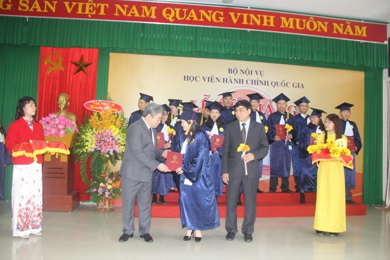 TS. Đặng Xuân Hoan, Giám đốc Học viện Hành chính Quốc gia trao bằng thạc sỹ cho các Tân thạc sỹ