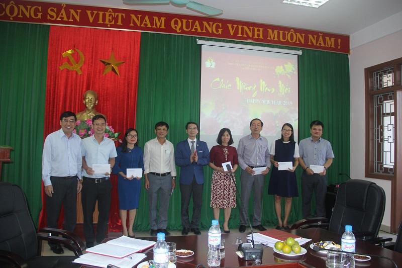 PGS.TS. Lương Thanh Cường, Phó Giám đốc Học viện Hành chính Quốc gia, Phụ trách Phân viện Huế trao phong bì lì xì may mắn đầu năm cho đại diện các đơn vị của Phân viện