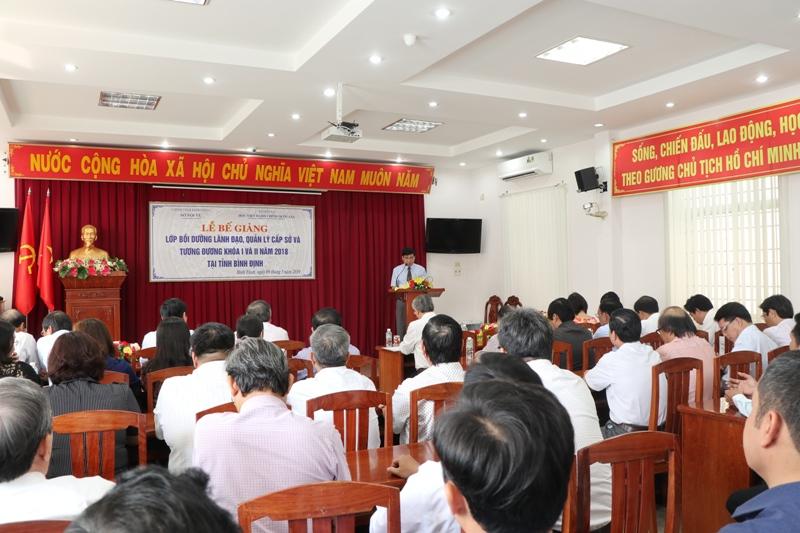 TS. Ngô Văn Trân, Phó Giám đốc Thường trực Phân viện Học viện Hành chính Quốc gia tại thành phố Huế báo cáo tổng kết khóa học