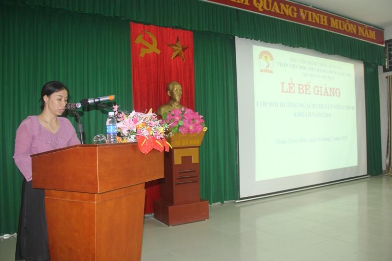 ThS. Trịnh Thị Phúc, Phó trưởng Phòng Tổ chức – Hành chính công bố các quyết định cấp chứng chỉ