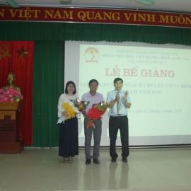 Ban cán sự lớp nhận hoa chúc mừng của Phó Giám đốc Thường trực Phân viện Huế