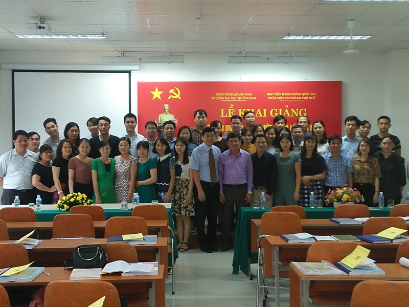Lãnh đạo, cán bộ, giảng viên và các học viên chụp ảnh lưu niệm