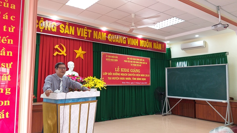 Ông Trương Đề, Phó Chủ tịch Ủy ban nhân dân huyện Hoài Nhơn phát biểu khai giảng khóa học
