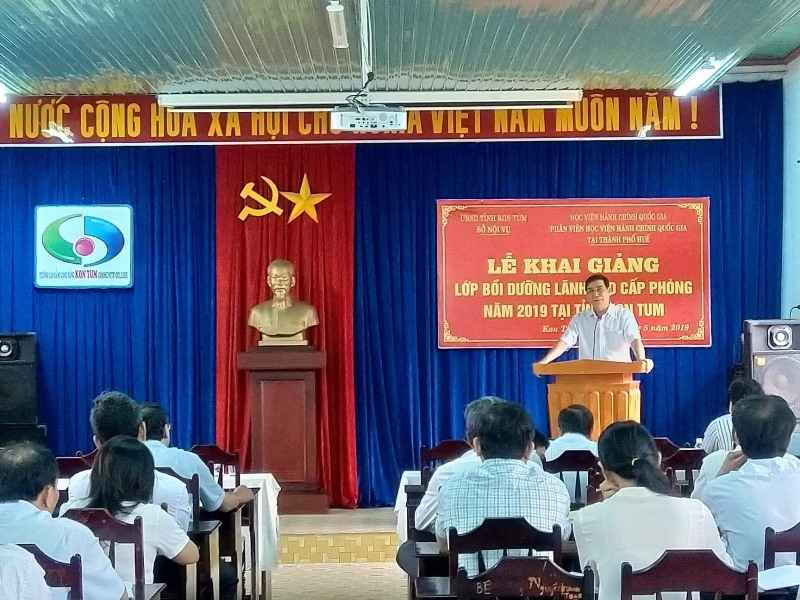 TS. Ngô Văn Trân, Phó Giám đốc Thường trực Phân viện Huế phát biểu khai giảng khóa học