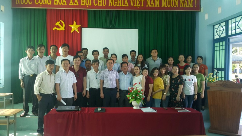 Đại biểu, cán bộ, giảng viên và các học viên chụp ảnh lưu niệm