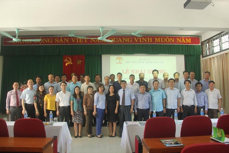 Đại biểu, Lãnh đạo Học viện cùng cán bộ và các học viên chụp ảnh lưu niệm