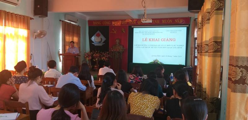 TS. Ngô Văn Trân, Phó Giám đốc thường trực Phân viện Huế phát biểu tại Lễ khai giảng