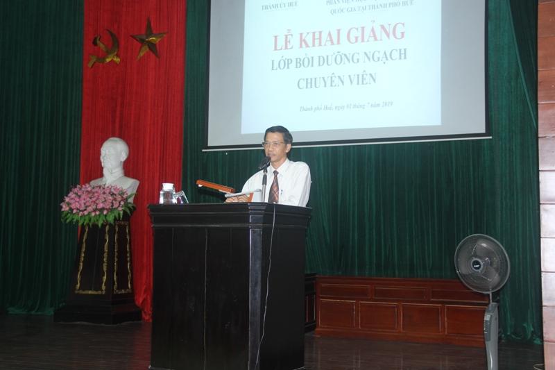 Đồng chí Nguyễn Xuân Hòa, Phó Bí thư Thường trực Thành ủy Huế phát biểu Khai giảng khóa học