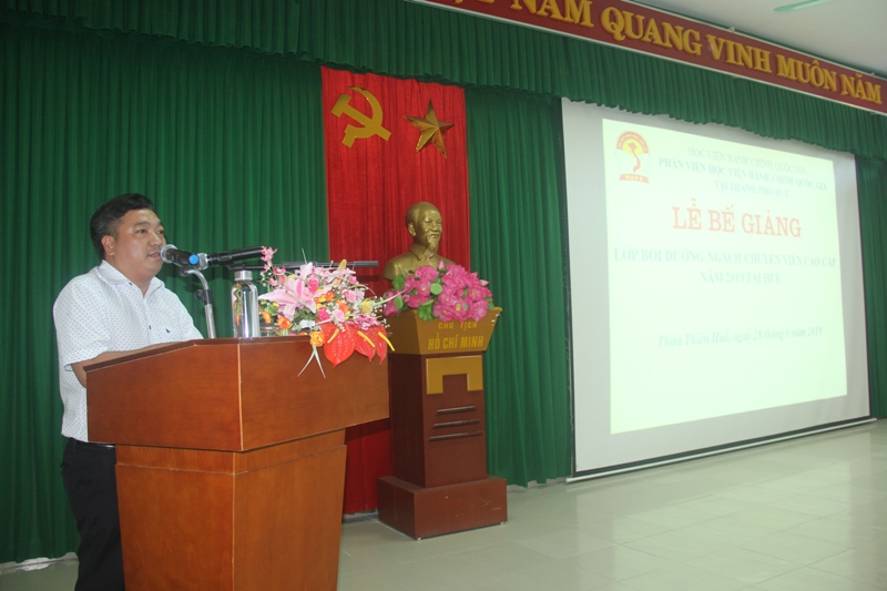 ThS. Lê Văn Lộc, Phó trưởng phòng Quản lý đào tạo, bồi dưỡng, Phân viện Huế công bố các Quyết định cấp chứng chỉ, khen thưởng