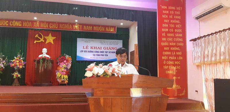 Đồng chí Phạm Văn Dũng, Phó Giám đốc Sở Nội vụ tỉnh Phú Yên phát biểu Khai giảng khóa học