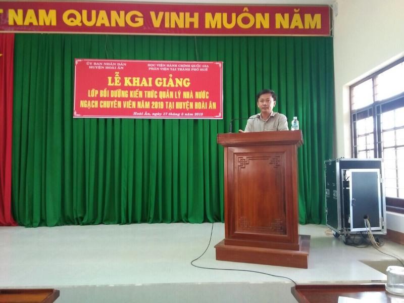 Ông Nguyễn Xuân Phong, Huyện ủy viên, Phó Chủ tịch Ủy ban nhân dân huyện Hoài Ân tỉnh Bình định phát biểu tại Lễ Khai giảng