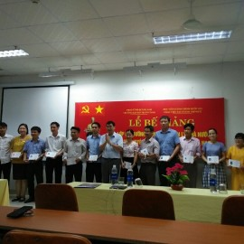 Các học viên nhận Chứng chỉ kết thúc khóa học