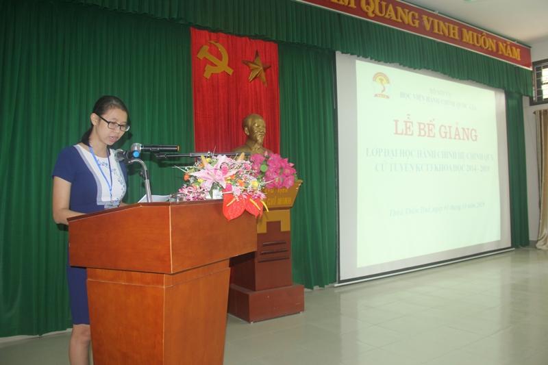 ThS. Mai Thị Phương Dung, Trưởng phòng Quản lý đào tạo, bồi dưỡng Phân viện Huế công bố Quyết định công nhận tốt nghiệp cho các tân cử nhân