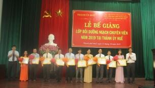 Các học viên đạt loại giỏi nhận Giấy khen của Giám đốc Học viện Hành chính Quốc gia
