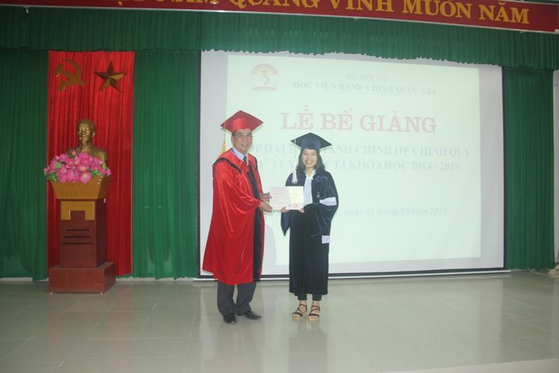 TS. Ngô Văn Trân , Phó Giám đốc thường trực Phân viện Huế trao bằng tốt nghiệp cho các tân cử nhân