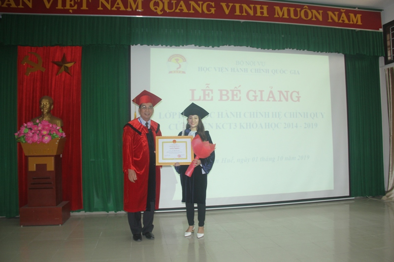 Học viên đạt loại giỏi nhận Giấy khen của Giám đốc Học viện Hành chính Quốc gia