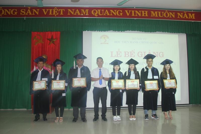 ThS. Lê Văn Mão, Bí thư chi đoàn Phân viện Huế trao Giấy khen cho các học viên đạt thành tích xuất sắc trong hoạt động Đoàn giai đoạn 2015-2019