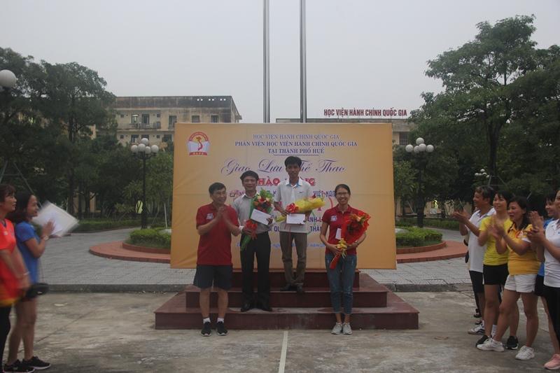TS.Ngô Văn Trân, Phó Giám đốc Thường trực Phân viện Huế trao giải cho các vận động viên  môn đi bộ thể thao