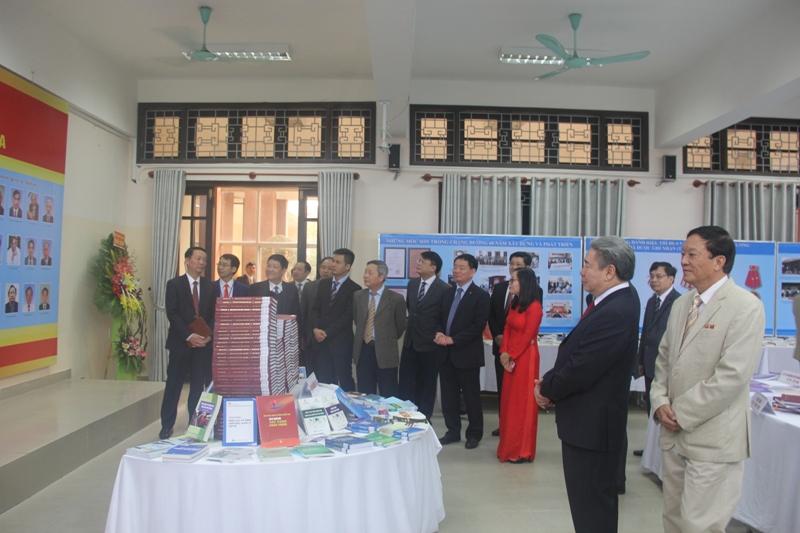 TS. Đặng Xuân Hoan cùng các đại biểu tham quan tại phòng trưng bày
