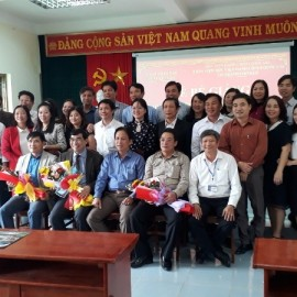 Lãnh đạo, đại diểu, cán bộ và các học viên chụp ảnh lưu niệm