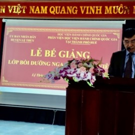 TS. Ngô Văn Trân, Phó Giám đốc Thường trực Phân viện Học viện Hành chính Quốc gia tại thành phố  Huế báo cáo tổng kết lớp học