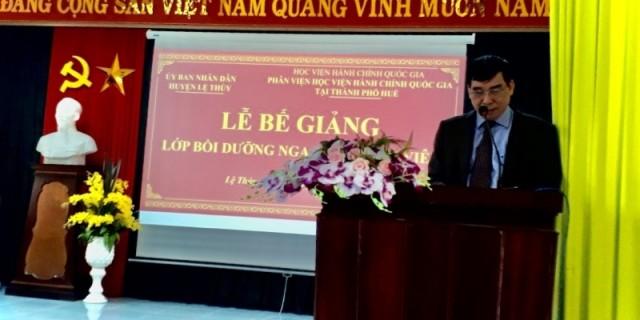 TS. Ngô Văn Trân, Phó Giám đốc Thường trực Phân viện Học viện Hành chính Quốc gia tại thành phố  Huế báo cáo tổng kết lớp học