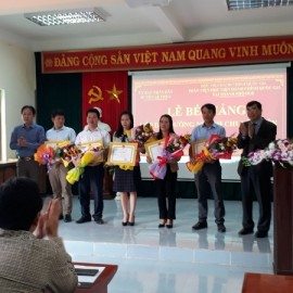 Các học viên đạt loại giỏi nhận Giấy khen của Giám đốc Học viện Hành chính Quốc gia